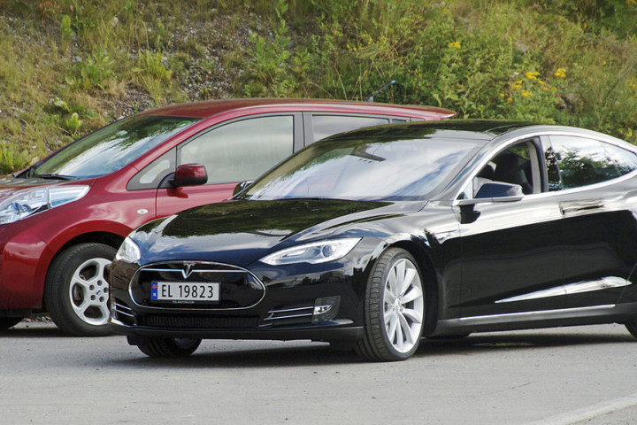 1200px-Nissan_Leaf_and_Tesla_Model_S_in_Norway_cropped