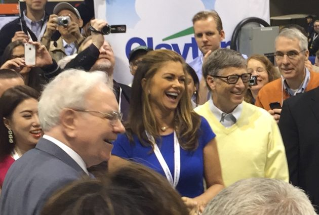 kathy_ireland_warren_buffett_and_bill_gates_at_the_2015_berkshire_hathaway_shareholders_meeting
